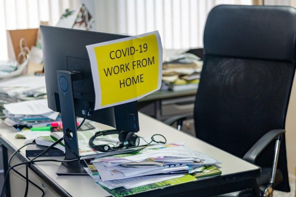 Masz już dosyć pracy zdalnej i spotkań na kamerkach - puste biuro