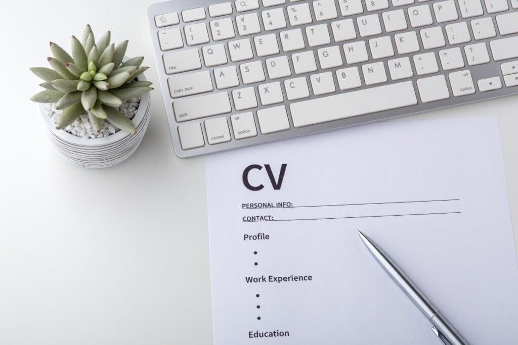 Najlepsze darmowe programy do CV - kartka i długopis