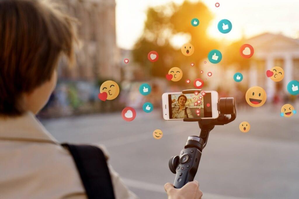 YouTube jako źródło zarobku - telefon, selfie