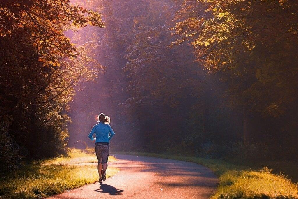 aplikacje do biegania - las, bieg po szosie