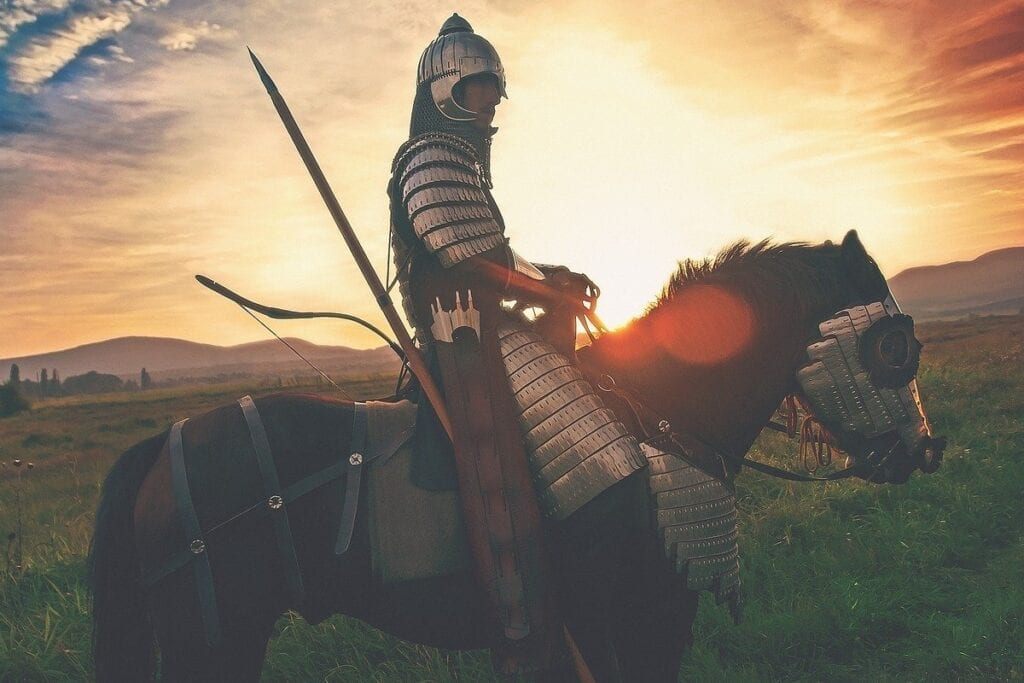 Najlepsze gry o koniach - rycerz na koniu na tle zachodzącego słońca