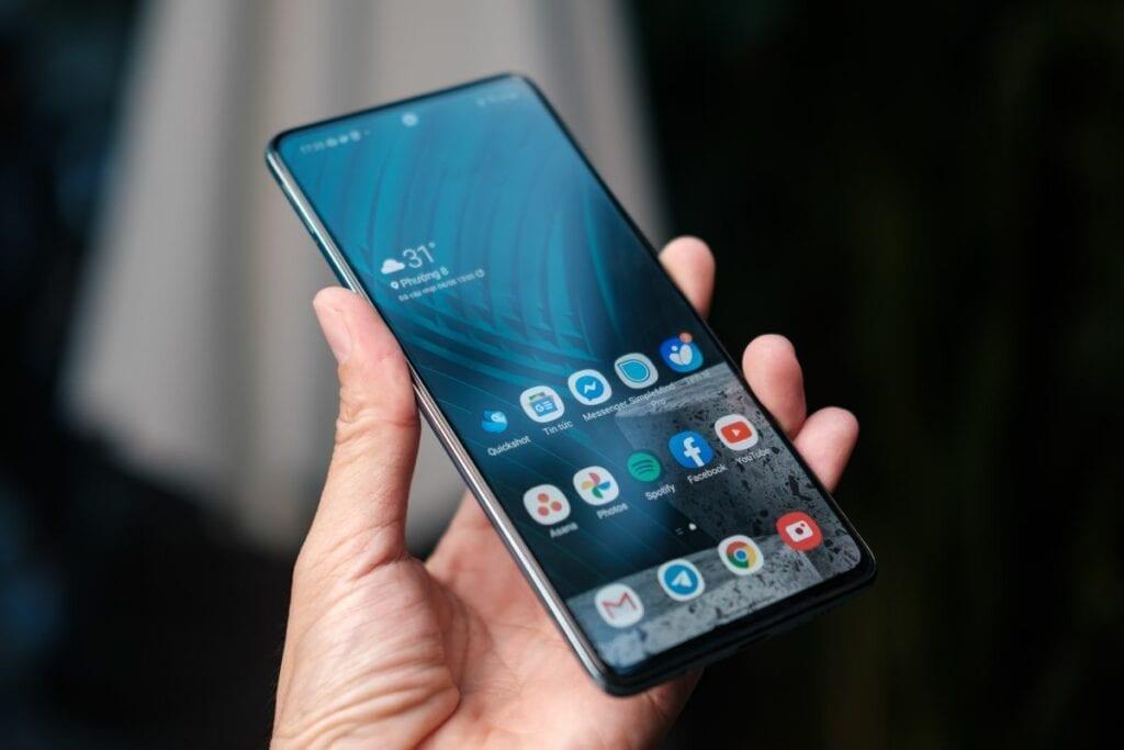 Jak zresetować telefon - dłoń trzymająca smartfona