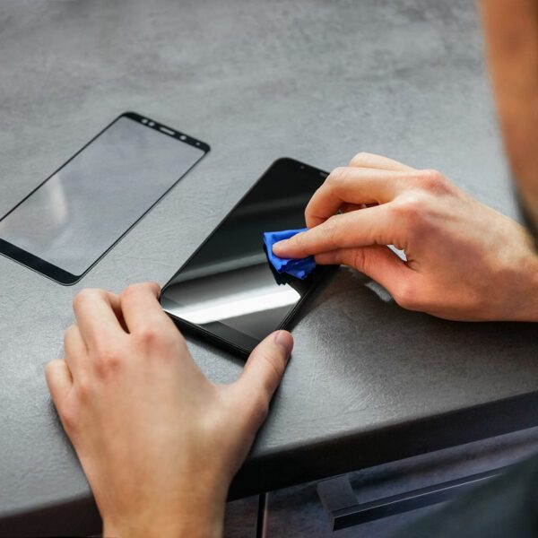 Folia hydrożelowa czy szkło hartowane — czym ochronić ekran telefonu