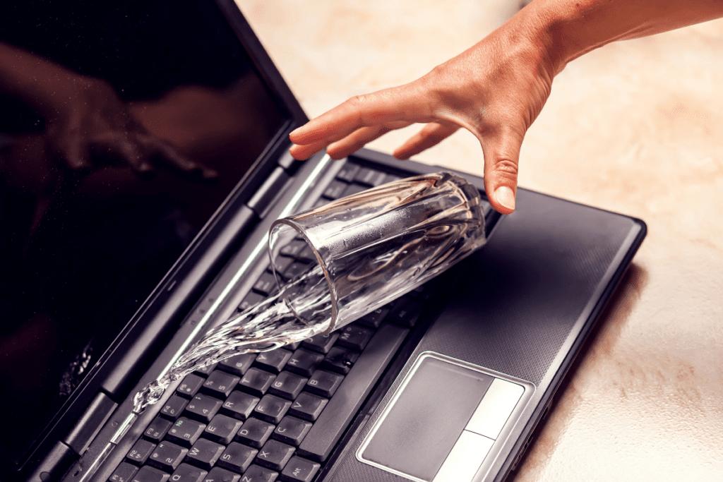 Zalana klawiatura laptopa