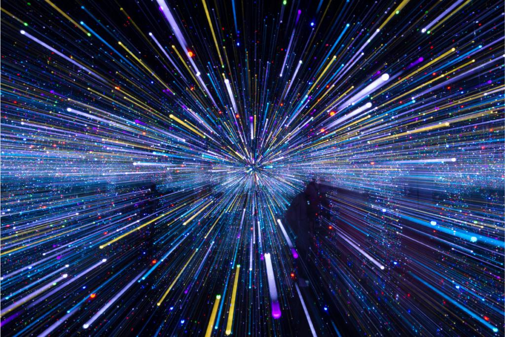 Od czego zależy prędkość światła?