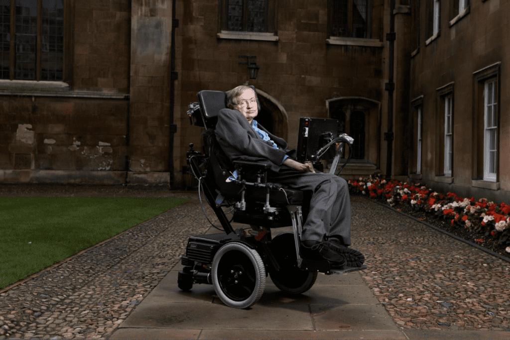 Naukowiec na swoim fotelu, który pozwalał mu się poruszać