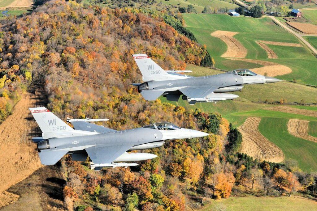 f16 dwa samoloty myśliwiec