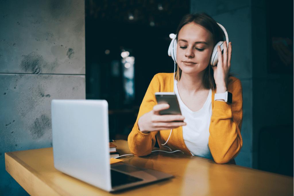 kobieta słucha radia online