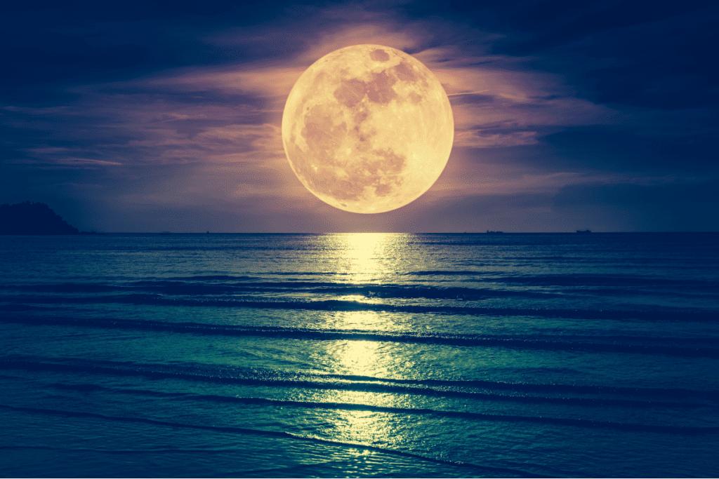 superksiężyc nad wodą