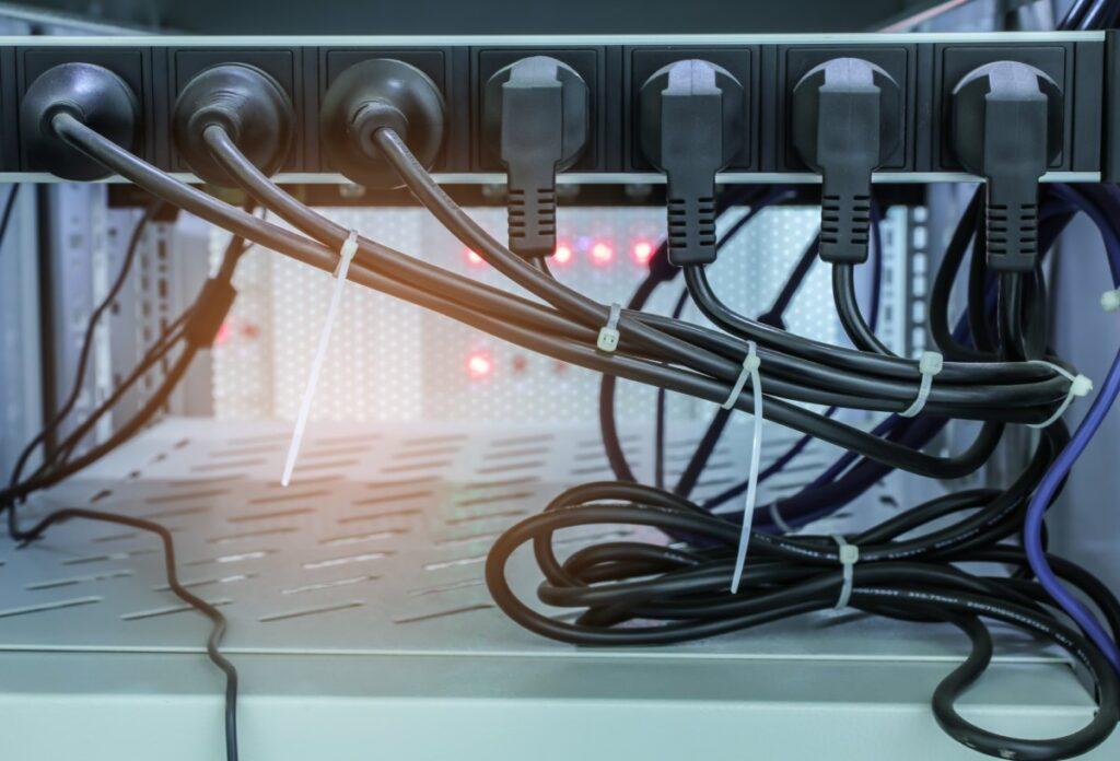 Listwa antyprzepięciowa kable uporządkowane