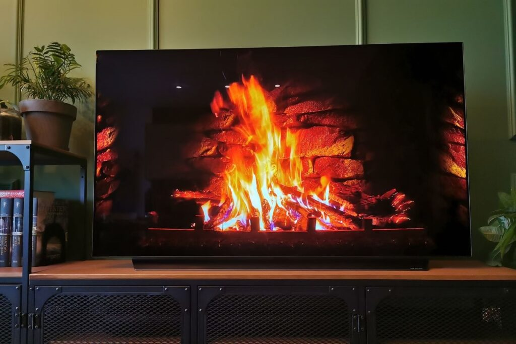 LG OLED telewizor w salonie kominek