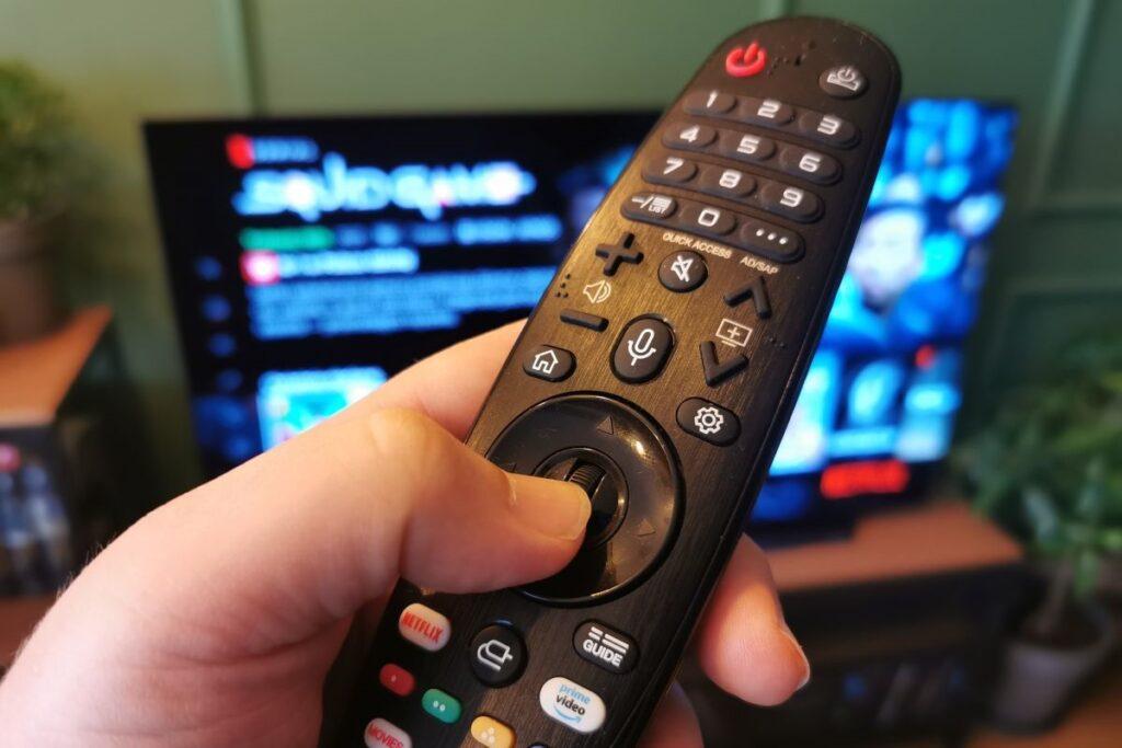LG OLED telewizor w salonie pilot