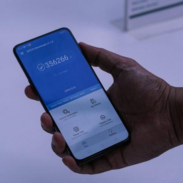 ręka trzyma telefon z włączonym antutu