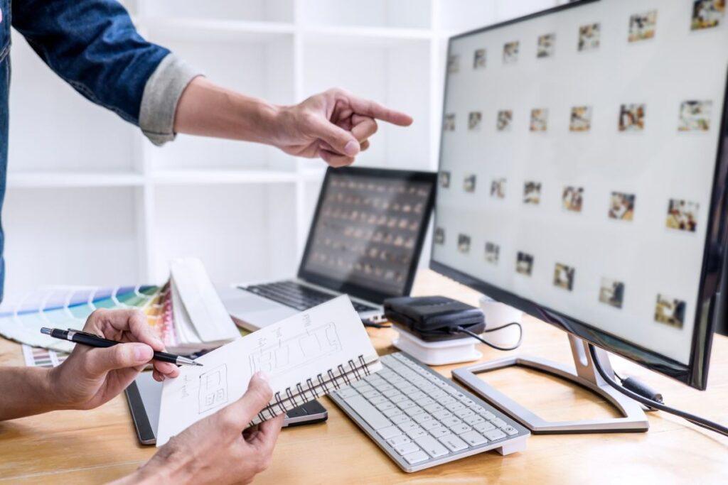 Podłączenie dwóch monitorów do laptopa